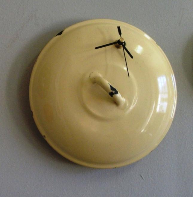 Orologio ricavato da coperchio giallo