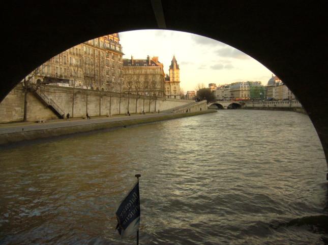 Vista sotto un ponte parigino