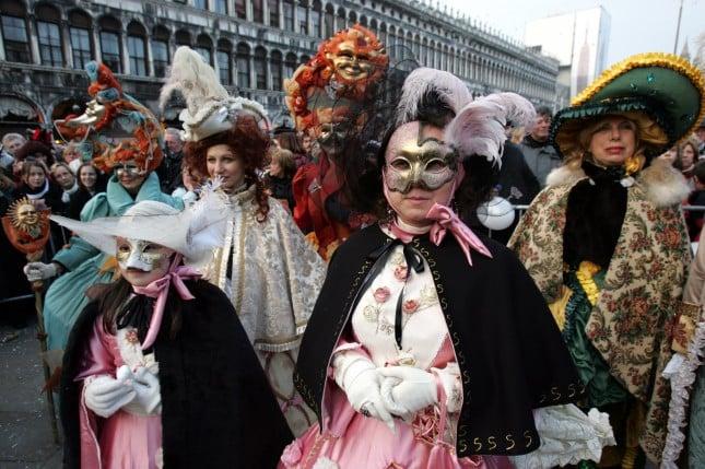 Folla di maschere in Piazza San Marco