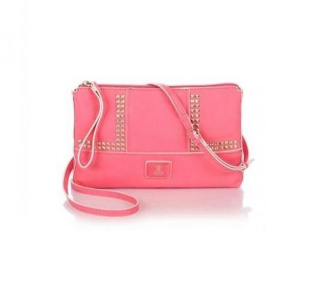 Pochette rosa con dettagli borchiati, utilizzabile anche a tracolla Guess, collezione primavera-estate 2014