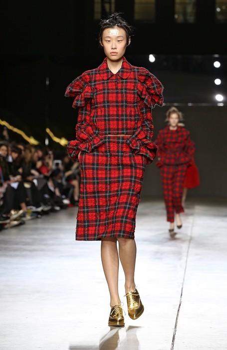Completo tartan con giacca corta , gonna dritta e stringate dorate. Simone Rocha collezione autunno-inverno 2014-2015