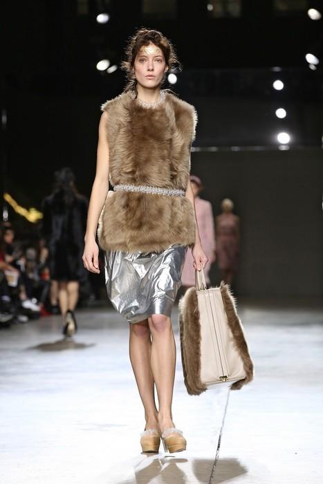 Gilet in pelliccia con gonna metallizzata silver, Simone Rocha collezione autunno-inverno 2014-2015