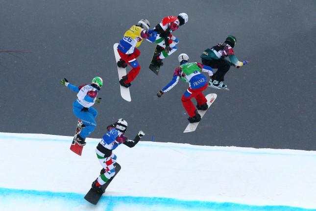 Anche quelli dello snowboard cross non scherzano. Volare ad un passo da altri cinque scatenati non è facile...
