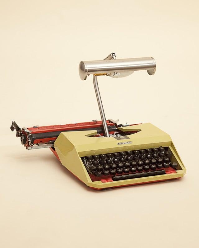 Una macchina da scrivere funge da abat-jour