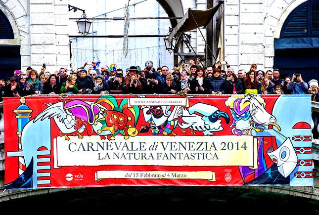 Inaugurazione del Carnevale di Venezia, folla festosa sul Ponte di Rialto, quest'anno la tematica sarà La Natura Fantastica.