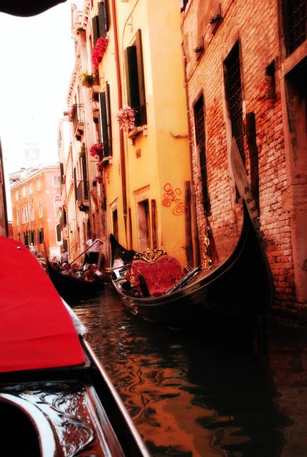 Scorcio con gondole al tramonto, presso Rio della Fava, Venezia