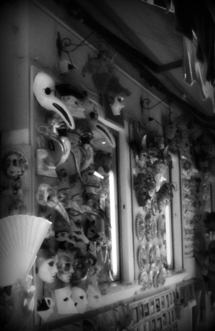 Maschere di carnevale in una bottega di Murano: la tradizione infatti continua anche qui, in una delle sette isole minori di Venezia, famosa per la produzione del vetro