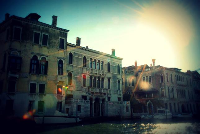Un'altra immagine di Venezia al tramonto, la regata festosa è ormai conclusa