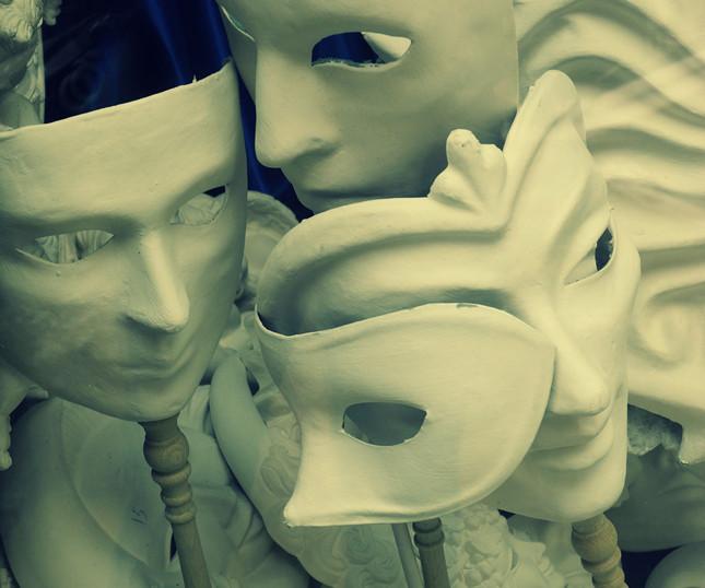Le maschere erano prodotte dai maschereri ed erano in materiale povero, come la cartapesta, l'argilla, il gesso e la garza ©Andrea Montebelli