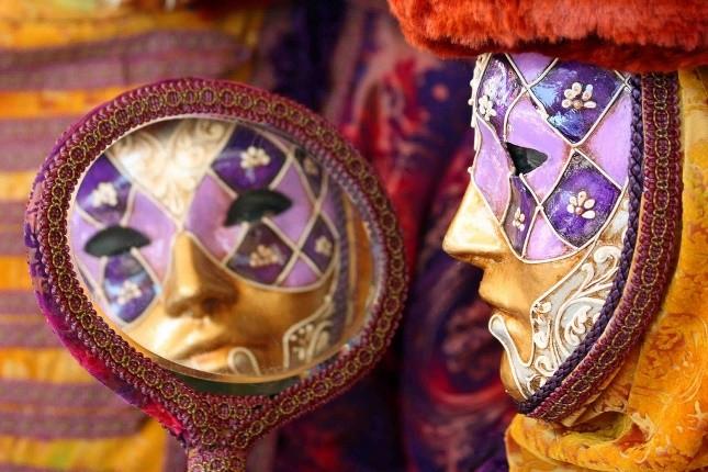 Maschera con specchio: quest'ultimo simboleggiava nel Carnevale la celata identità della persona