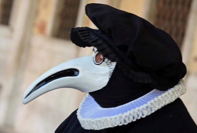 Maschera dello Speziale con un lungo naso: durante la peste infatti i dottori giravano per le vie di Venezia con una maschera dal lungo naso in cui erano riposte delle spezie con l'intento di coprire il puzzo dei corpi infetti e come arma di difesa dal contagio