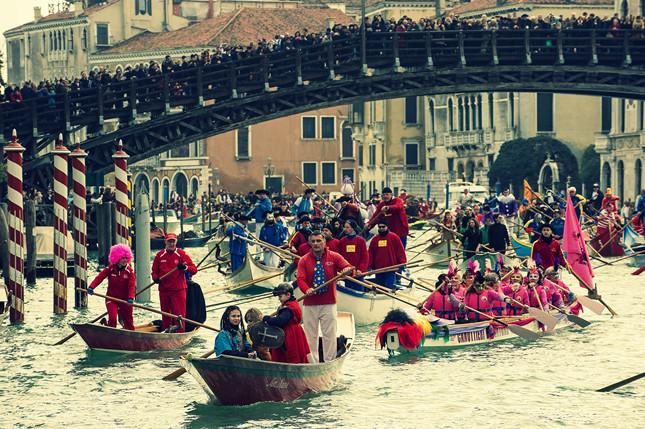 L'arrivo della tradizionale regata sotto il Ponte Accademia in occasione dell'inaugurazione del Carnevale 2014