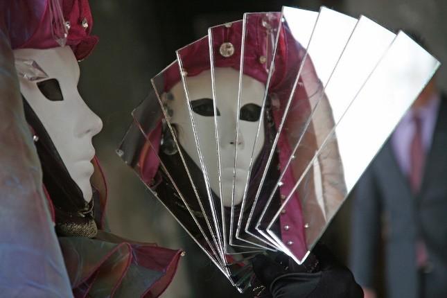 La bauta era la tradizionale maschera veneziana, spesso non aveva la bocca per consentire il completo anonimato dell'identità celata sotto di essa.