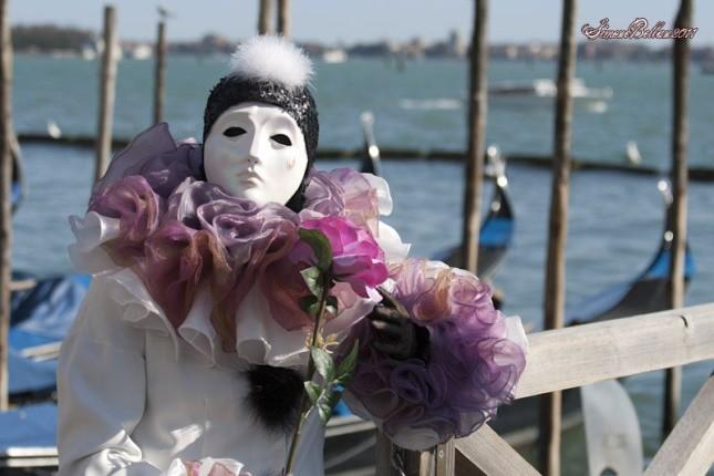 La maschera di Pierrot, chiamato anche Pedrolino, raffigura il mimo triste innamorato della Luna