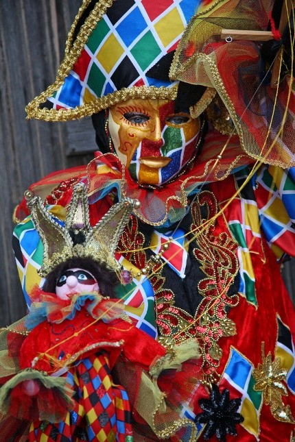 Arlecchino è la maschera più conosciuto della Commedia dell'Arte: un tripudio di colori per il servo imbroglione e sempre affamato descritto nel teatro del Goldoni