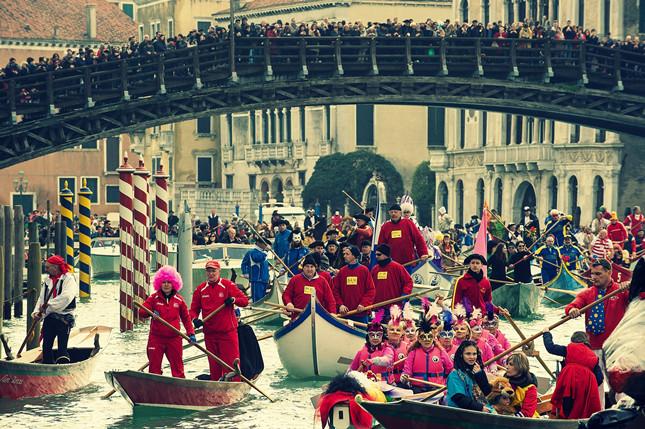 Passaggio della regata sotto Ponte Accademia per il Carnevale di Venezia 2014, particolare