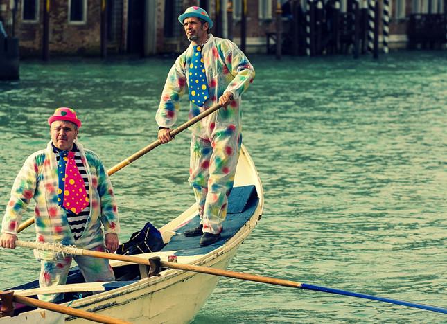 Gondolieri sul Canal Grande in maschera per il Carnevale veneziano 2014
