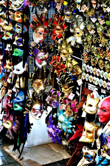 Molte sono le botteghe che vendono maschere di Carnevale oggi giorno: le potete trovare nelle numerose calli in cui si snoda la fiabesca città di Venezia ©Andrea Montebelli