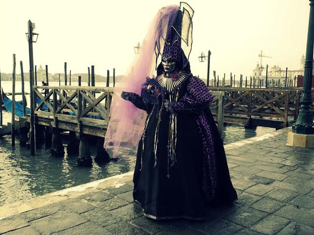Maschera di donna in nero su uno dei moli di Venezia ©Andrea Montebelli
