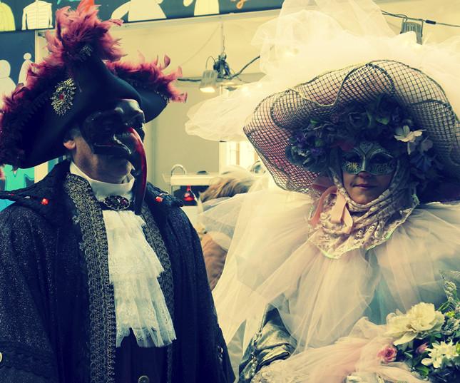 Tradizionali maschere veneziane, arricchite di grandi cappelli e piume