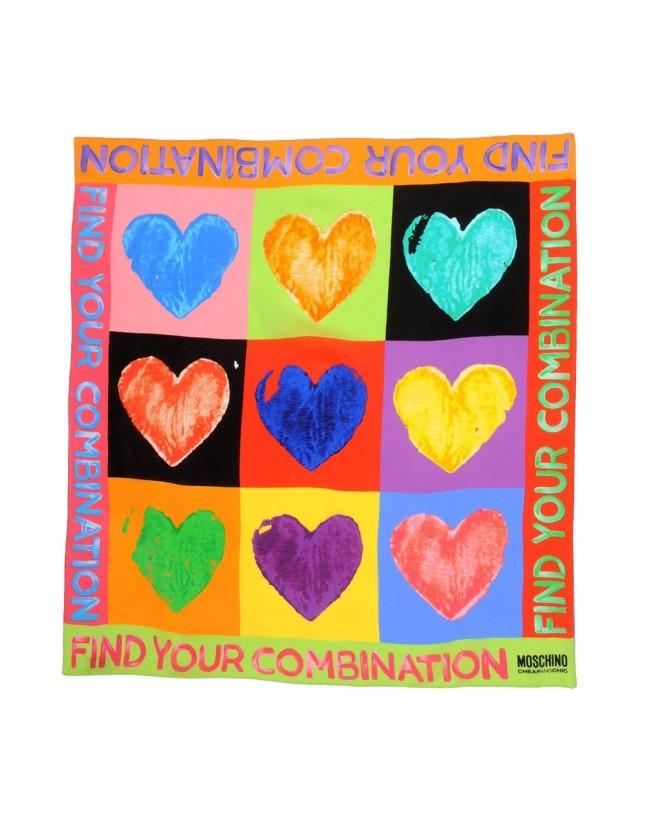 Foulard in seta con cuori colorati di Moschino, disponibile su Yoox