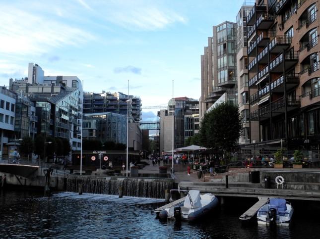Il nuovo quartiere di Aker Brygge tra ristoranti e palazzi moderni