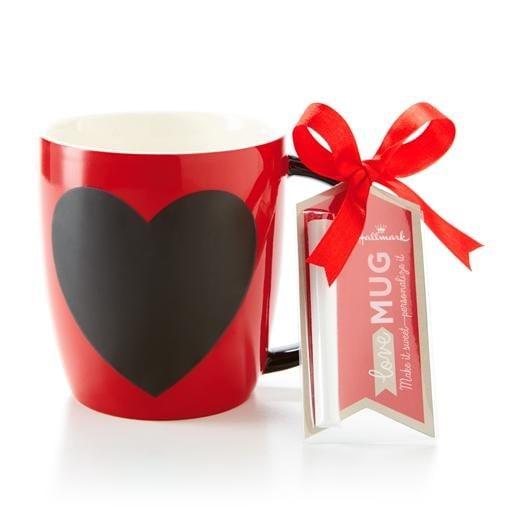 Una tazza romantica in cui inserire il tuo Valentine è quella proposta da Hallmark, con lavagnetta nera e gessetto.