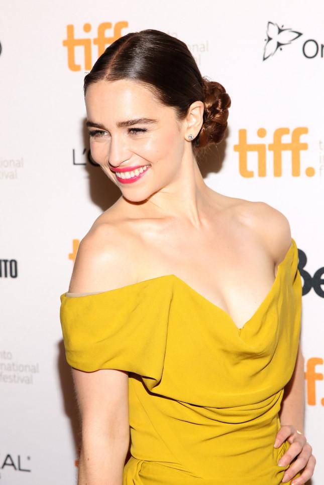 L'attrice Emilia Clarke, ai più conosciuta come Daenerys Targaryen nella serie Il trono di spade, con chioma bionda