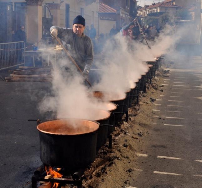 I fagioli iniziano a cuocere il sabato di carnevale e vengono distribuiti solo il giorno dopo