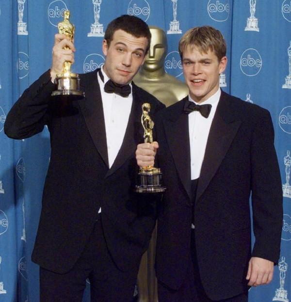 Matt Damon posa con Ben Affleck dopo aver vinto l'Oscar