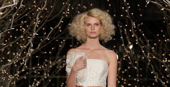 Bridal Collection 2014: sposa con capelli medio corti delicatamente mossi emana una forte lucentezza anche senza acconciatura