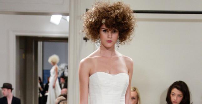 Bridal Collection 2014: sposa con taglio di capelli corto e riccio abbellito con un fermaglio circolare ed orecchini