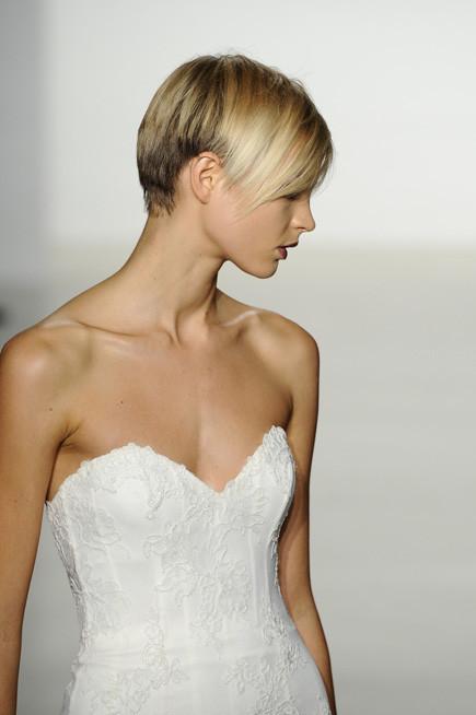 Bridal Collection 2014: sposa con taglio cortissimo e semplice senza acconciatura per esaltare il volto e focalizzare l'attenzione sull'abito