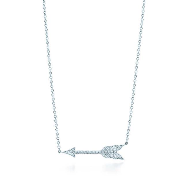 Il pendente a freccia della collezione Tiffany Jazz in platino e diamanti