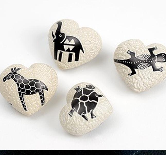 Altromercato: pietra saponaria con disegni etnici.