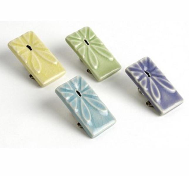 Altromercato: segnalibro a clip in ceramica dipinta.