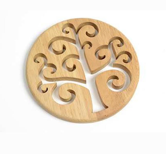 Altromercato: sottopentola in legno con albero traforato.