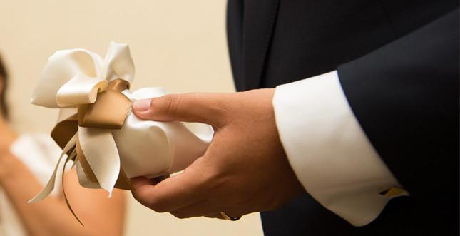 Bomboniera: sacchettino artigianale con confetti. Foto Federico Fasano
