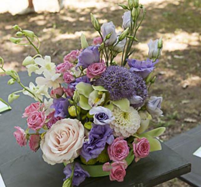 Composizione da tavolo nei toni pastello: verde, lilla e rosa de Bluemilia Flower Studio per Sweet White Weddings.