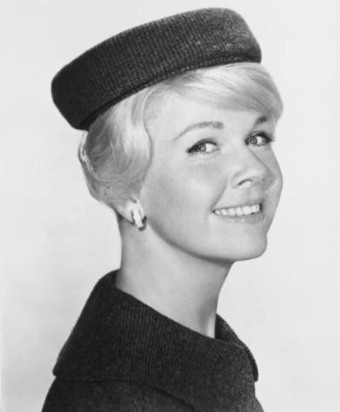Doris Day: caschetto cortissimo o raccolto con ciuffo e ciocca laterale a coprire l'orecchio