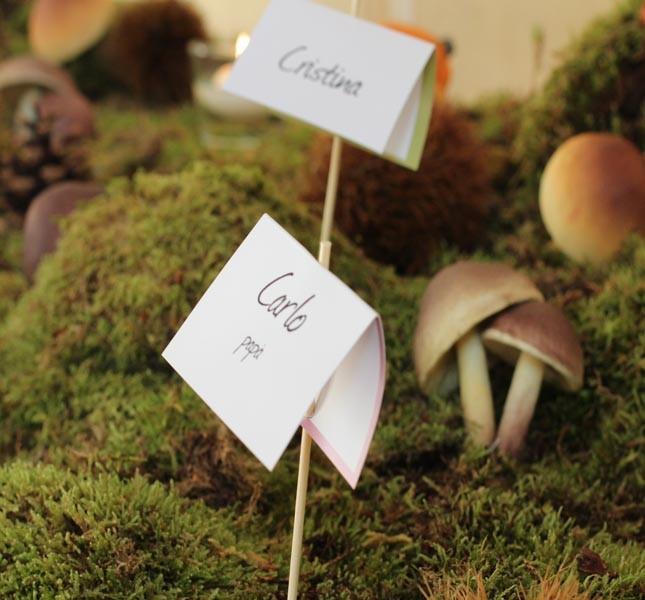 Cartoncini personalizzati nel sottobosco. Progetto e allestimento di Sweet White Weddings.