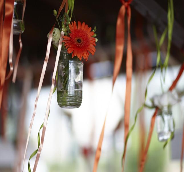 Insieme ai nomi degli ospiti appendete dei nastri con dei fiori a un albero. Un'idea per un tableau shabby chic!