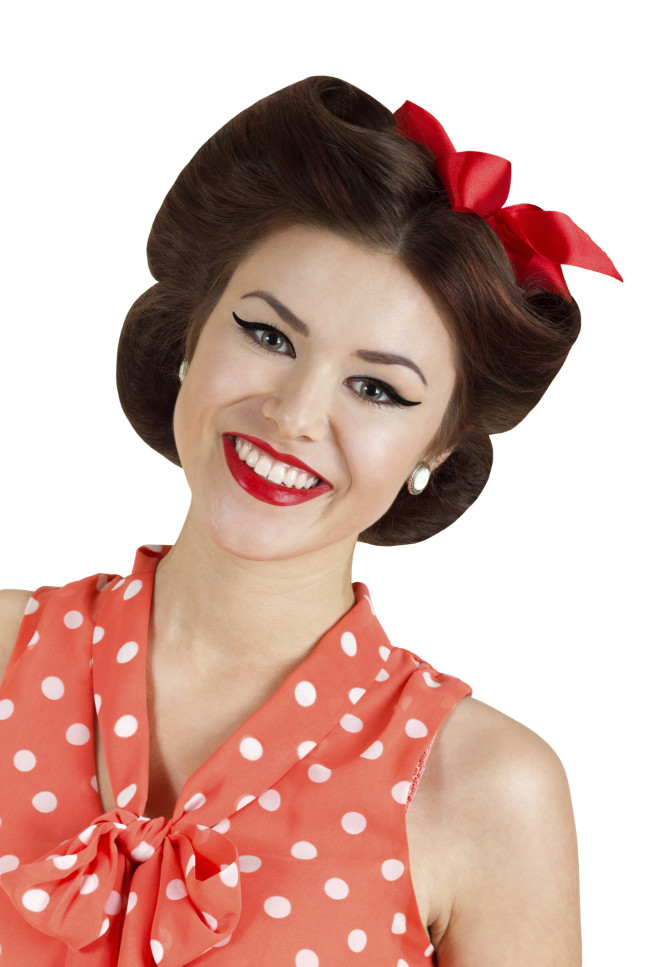 Nastro o bandana rossa nei capelli e tanta lacca per fissare lateralmente le ciocche bombate
