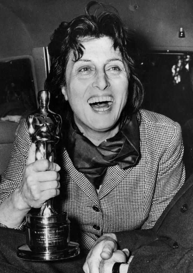 Anna Magnani con l'Oscar ricevuto nel 1956 per