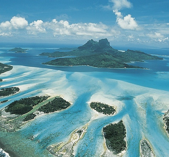 Veduta aerea su Bora Bora, l'isola più famosa e visitata della Polinesia francese o Tahiti. Mood Contemplative