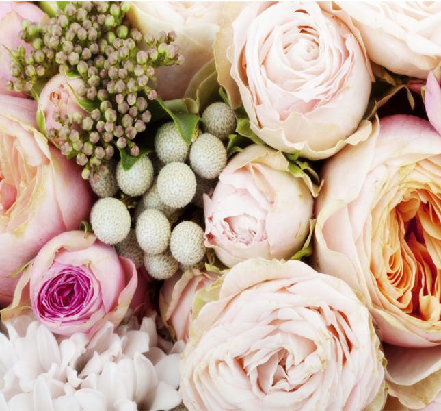 Rose inglesi, bacche e roselline ramificate tutte nei toni del rosa bon bon.