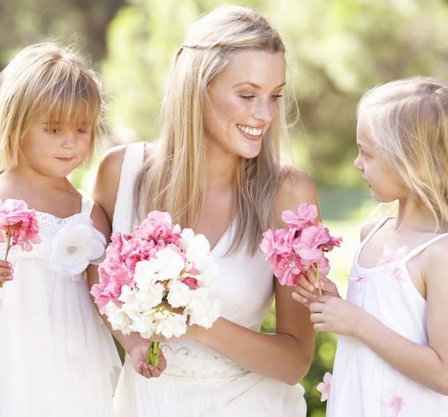 Piccole damigelle e bouquet di fiori