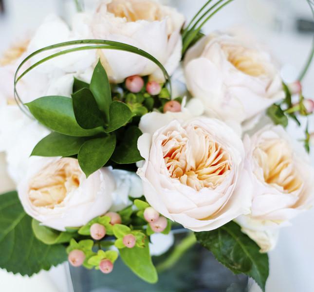 Semplice ma d'effetto la decorazione per i tavoli con verdi e rose inglesi.