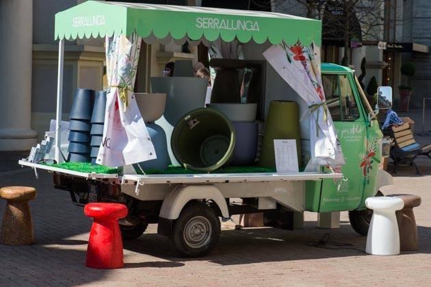 Ape car come temporary shop con oggetti per il giardinaggio e la cura del verde