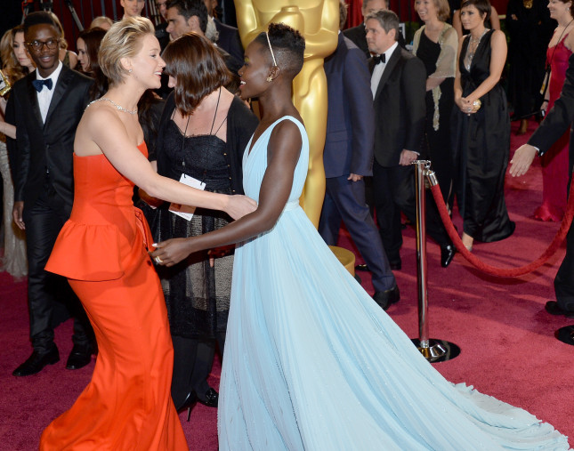 Le due attrici Jennifer Lawrence e Lupita Nyong'o entrambe candidate al premio come miglior attrice non protagonista